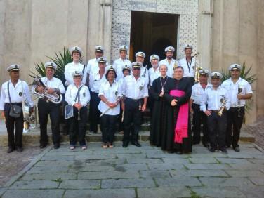 Foto di gruppo della Filarmonica con Mons. Luigi Ernesto Palletti e Mons. Paolo Cabano Parroco di Santo Stefano